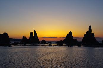 橋杭岩,日の出(K32_0075,35 mm,F7.1)2015yaotomi.jpg